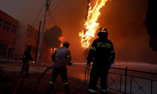 Khoảng 17h ngày 23/7 (giờ địa phương), lửa bùng phát tại thị trấn Rafina,  Hy Lạp, sau đó nhanh chóng lan đến khu nghỉ dưỡng nổi tiếng Mati, ...