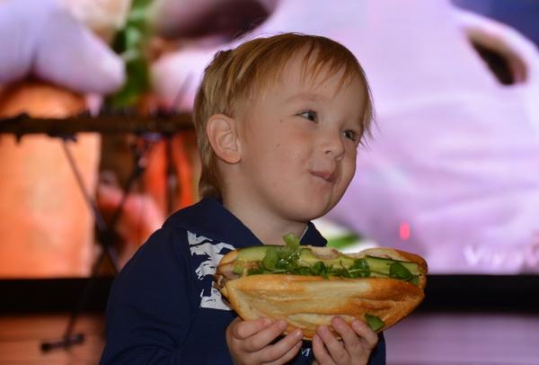 Em bé Nga với chiếc bánh mì Hồn Việt