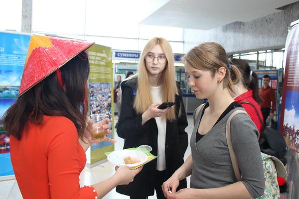 Sinh viên quốc tế thích thú với NEM tại Những ngày văn hóa Việt Nam ở trường RUDN