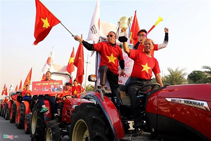 CĐV lái máy kéo ra Nội Bài đón tuyển thủ U22 Việt Nam