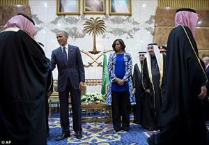 Phu nhân Obama bị dư luận Ả-rập Xê-út chỉ trích vì không đội khăn trùm đầu