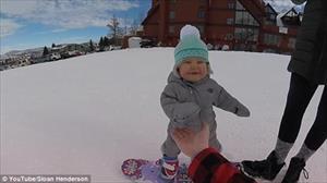 """Video: """"Vận động viên nhí"""" 14 tháng tuổi trượt tuyết siêu đỉnh"""