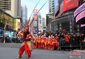 Lục Tiểu Linh Đồng biểu diễn giữa Quảng trường Thời đại