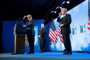 """Giới chức Mỹ lo ông Trump tặng """"món quà thế kỷ"""" cho Nga"""