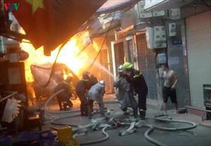 Hiện trường vụ nổ xe chở bình ga giữa phố Hà Nội