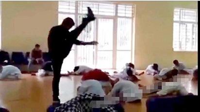 Thầy dạy võ đấm, đá như trời giáng vào học trò bị phạt 2,5 triệu đồng