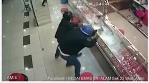 Nhóm cướp Malaysia dùng búa tạ đập tủ kính tiệm vàng không vỡ