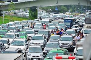 """Kẹt xe từ sáng đến trưa, người SG như """"hóa điên"""" ở Tân Sơn Nhất"""