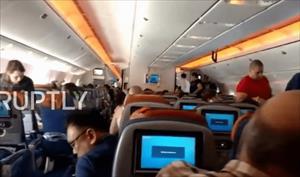 Tiếp viên bị văng lên trần cabin khi máy bay gặp thời tiết xấu