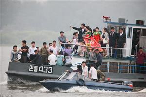 Mặc thế giới, dân Triều Tiên vui tươi đi du thuyền