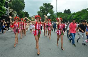 Phố đi bộ Hà Nội nhộn nhịp ca vũ bất chấp giông bão