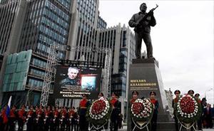 """""""Cha đẻ"""" của AK-47 được dựng tượng giữa trung tâm Moscow"""