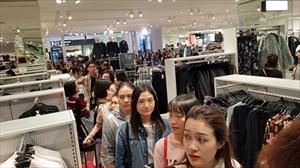 Gần 6.000 khách Hà Nội mua sắm trong 8,5 giờ H&M mở cửa
