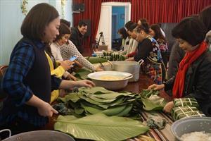 Cộng đồng người Việt tại Nga gói bánh chưng đón Tết