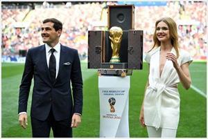 Mỹ nhân Nga mở khóa vali cúp vàng World Cup táo bạo bên dàn cầu thủ
