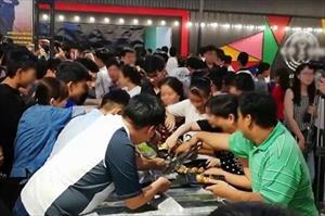 Chen lấn, tranh nhau thức ăn trong tiệc buffet miễn phí ở Cần Thơ: Vì đâu nên nỗi?