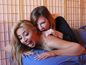 Lạ lùng massage... cắn, nhiều