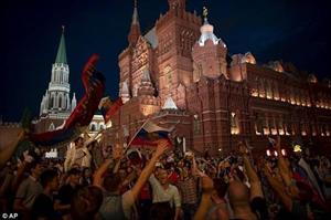 Hình ảnh CĐV Nga nô nức ăn mừng thắng lợi trước Tây Ban Nha