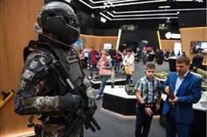 Bộ giáp chiến đấu không thua kém Iron Man của binh sĩ Nga