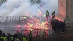 Cử chỉ đẹp của cảnh sát Pháp xoa dịu những người biểu tình cực đoan