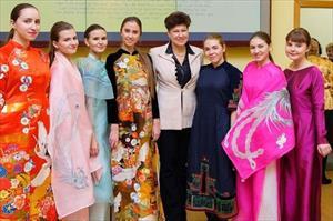 Áo dài mình tới Nhật, áo dài mình qua Nga