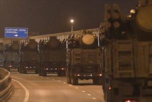 Hàng trăm xe quân sự