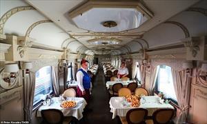 Cận cảnh chuyến tàu chở khách đầu tiên tới Bắc Cực