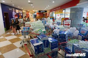 Bị cắt nước vô thời hạn, dân Hà Nội vét sạch nước đóng chai trong siêu thị