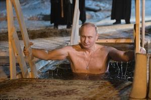 Cận cảnh ông Vladimir Putin cởi trần, tắm nước hồ lạnh giá khi nhiệt độ -7 độ C