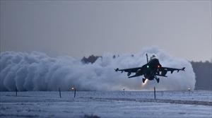 Thót tim xem máy bay quân sự Nga hạ cánh trên đường băng phủ tuyết