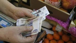 Đồng rúp Nga lại rớt giá, lập kỷ lục mới