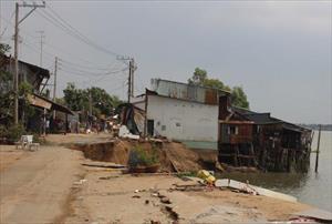 Khoảnh khắc hàng chục ngôi nhà ở miền Tây đổ sụp xuống sông