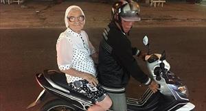 Bà cụ Nga 89 tuổi một mình xách ba lô đi nghỉ mát ở biển Việt Nam