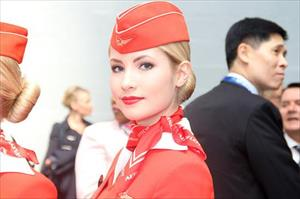 Ảnh: Các nữ tiếp viên xinh đẹp Aeroflot bên biểu tượng búa liềm