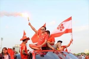 """CĐV """"nhuộm đỏ"""" Mỹ Đình, ủng hộ ĐT Việt Nam đánh bại Malaysia"""