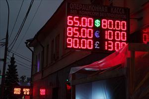 """Giá đồng rúp Nga """"rơi tự do"""""""