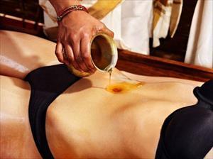 Thoa dầu dừa vào rốn mang đến lợi ích bất ngờ cho sức khỏe
