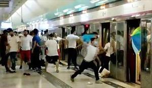Xã hội đen mặc áo trắng tấn công tàn bạo nhóm biểu tình ở Hong Kong