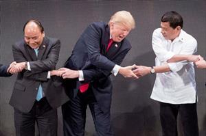 Tổng thống Trump bối rối trước màn bắt tay kiểu ASEAN
