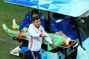 Thủ môn tuyển Nga tét đầu sau cú va chạm kinh hoàng