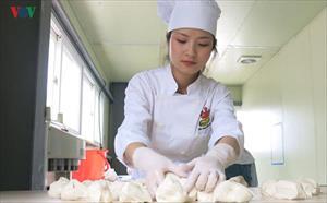 Mục sở thị xưởng sản xuất bánh mỳ Việt ở Hàn của cô chủ 9X xinh đẹp