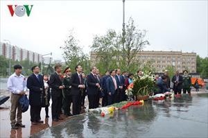 Ông Nguyễn Thiện Nhân đặt hoa tại tượng đài Bác Hồ ở Liên bang Nga