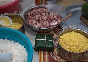 Gia đình Nga gói bánh chưng đón Tết ở Hà Nội