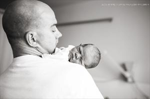 Xúc động khoảnh khắc cha đón con chào đời