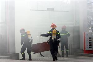 Ảnh: Khói lửa mù mịt tòa nhà Lotte, nhiều người ồ ạt chạy ra