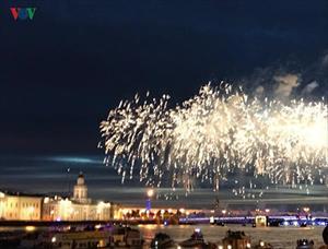 Ngắm pháo hoa trên sông Neva trong Đêm trắng ở thủ đô Phương Bắc (Nga)