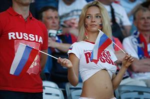 Dạy cách tán tỉnh phụ nữ Nga ở World Cup, liên đoàn bóng đá bị lên án
