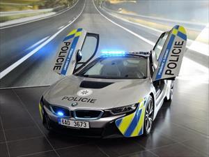 """Siêu xe xanh BMW i8 """"khoác áo"""" cảnh sát Séc"""