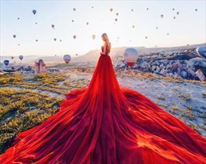 Vẻ đẹp mộng mị của những chiếc váy trong các khung cảnh vòng quanh thế giới