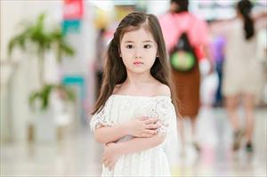 Vẻ đáng yêu của cô nhóc 5 tuổi người Việt vừa được phong